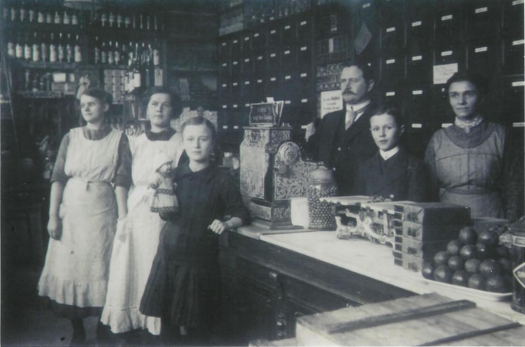 August Hassel mit Familie und Angestellten in seinem Laden